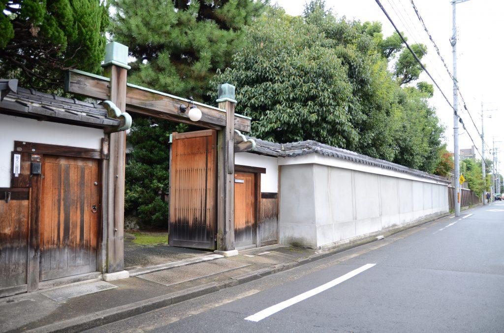 道路に面した歴史の趣き深い正門